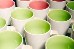 Många två koppar för kaffe för signalfärg royaltyfri bild