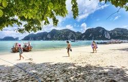 Många tycker om turisten tropiskt klimat i Ko Phi Phi Lee öar - Thailand royaltyfri foto