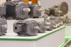 Många typ av den nya elektriska motorn för hög effektivitet för industriellt på tabellen royaltyfri bild