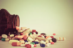 Många typ av droger som poring från flaskan med isoleringsbakgrund royaltyfri fotografi