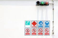 Många undertecknar i farligt område, brännbar GAS, SÄKERHETSSKOR, BÄR HJÄLMEN, ANVÄNDER INTE MOBILTELEFONER, INGET TILLTRÄDE, ING arkivbild