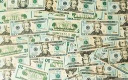 Många US dollarräkningar eller anmärkningar på tabellen Royaltyfria Bilder