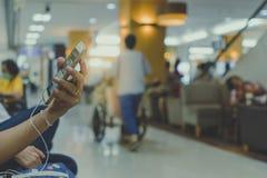 Många väntar patienten på doktorer och sjuksköterskor arkivfoton