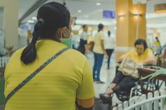 Många väntar patienten på doktorer och sjuksköterskor royaltyfri bild