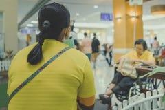 Många väntar patienten på doktorer och sjuksköterskor arkivfoto