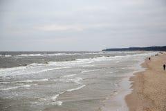 Många vågor på stranden av Zempin på ön av Usedom Arkivfoto