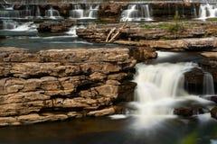 Många vattenfall som över applåderar, vaggar Arkivbild