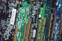 Många videokort Datordiagramkort och strömkretsar: DVI skärmportkontaktdon teknologi för planet för telefon för jord för binär ko royaltyfri bild