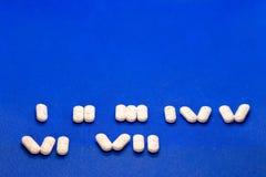Många vita medicinminnestavlor på blå bakgrund Vita piller, begrepps—apotek Medicindroger royaltyfri foto