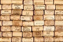 Många wine korkar med logoer Arkivbilder