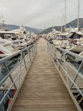 Många yachter i port Tivat, Montenegro som är molnig royaltyfri fotografi