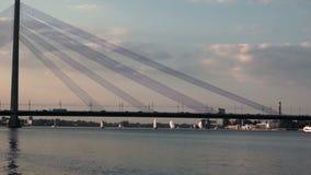 Många yachter nära till bron med trafik lager videofilmer
