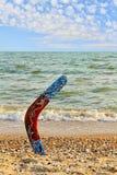 Mångfärgad australisk bumerang på den sandiga stranden nära havsbränning a Arkivbilder