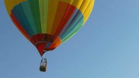 Mångfärgad ballong i himlen arkivfilmer