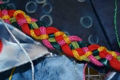 Mångfärgad fläta för fem tråd med texturerad bakgrund royaltyfri fotografi