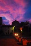 Mångfärgad himmel för solnedgång på by Arkivfoton