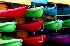 mångfärgad hyra för kajaker arkivbild