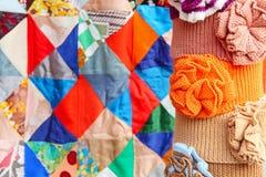 Mångfärgad klädtillbehör på abstrakt begrepp för patchworktäcke tillbaka Royaltyfri Bild