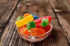 Mångfärgad klibbig godis som täckas med socker royaltyfria bilder