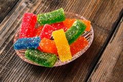Mångfärgad klibbig godis som täckas med socker arkivbilder