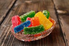 Mångfärgad klibbig godis som täckas med socker royaltyfri foto