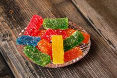 Mångfärgad klibbig godis som täckas med socker royaltyfri fotografi
