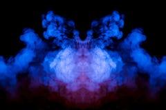 Mångfärgad krullande rök som stiger uppåt i en pelare, en rosa blå dunst som vrider in i abstrakta former, och modeller på en sva arkivfoton