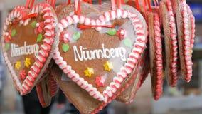Mångfärgad målad pepparkaka för traditionell tysk jul med de mångfärgade blommorna och inskriften stock video