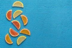 Mångfärgad marmelad på en blå bakgrund Marmelad är citrusa skivor Arkivbilder