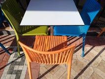 Mångfärgad plast- tabell och stolar Restaurangmöblemang Arkivfoton