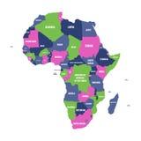 Mångfärgad politisk översikt av den Afrika kontinenten med etiketter för nationella gränser och för landsnamn på vit bakgrund vek Arkivfoto