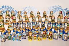 Mångfärgad ryss som bygga bo dockor i ett shoppafönster royaltyfria bilder