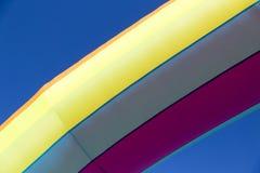 Mångfärgad uppblåsbar ballong på himmelbakgrunden Fotografering för Bildbyråer