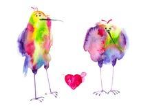Mångfärgade abstrakta fåglar står och ser den röda hjärtan med vingar Vattenfärgillustration som isoleras på vit bakgrund vektor illustrationer