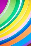 Mångfärgade ark av papper i packen färgrik abstrakt bakgrund Makro Royaltyfri Bild