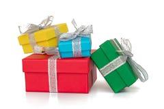 Mångfärgade askar för gåva som slås in i återanvänt papper med bandet som isoleras på vit Arkivbild
