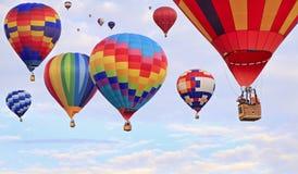 Mångfärgade ballonger för varm luft i mitt--luft, Kanada Arkivfoto