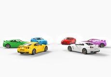 Mångfärgade bilar som vänder mot sig i en cirkel på vit bakgrund Royaltyfri Foto