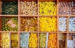 Mångfärgade blandade glass pärlor, härliga Glass pärlor stänger u Arkivfoton