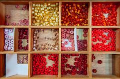 Mångfärgade blandade glass pärlor, härliga Glass pärlor stänger u Arkivfoto