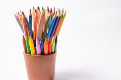Mångfärgade blyertspennor i askarna på en vit bakgrund tillbaka begreppsskola till Arkivbild