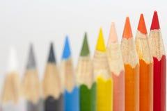 Mångfärgade blyertspennor i en rad Fotografering för Bildbyråer