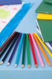 Mångfärgade blyertspennor på tabellen Fotografering för Bildbyråer