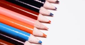 Mångfärgade blyertspennor på tabellen En bunt av kulör blyertspennasi royaltyfri foto