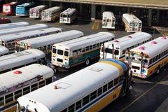 Mångfärgade bussar royaltyfria bilder