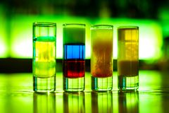 Mångfärgade coctailar för coctailstång i exponeringsglasexponeringsglas royaltyfri fotografi