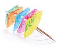 Mångfärgade coctailparaplyer. Semester- och sommarsymbol som isoleras Arkivfoton