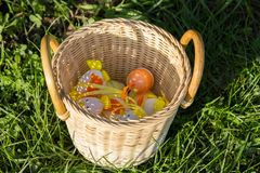 Mångfärgade easter ägg i en vide- korg royaltyfri foto