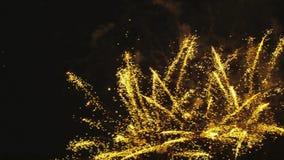 Mångfärgade fyrverkerier som exploderar arkivfilmer