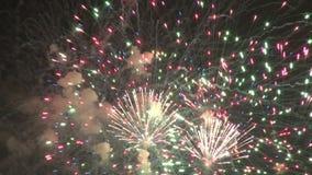 Mångfärgade fyrverkerier som exploderar lager videofilmer